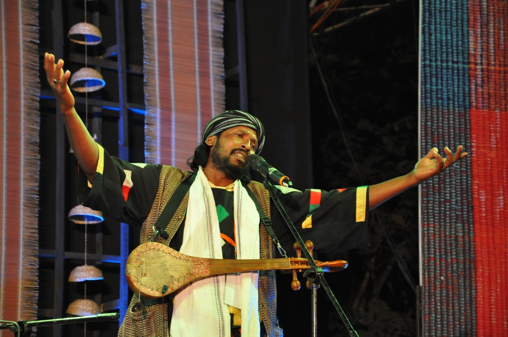 Babu Fakir performing at Sur Jahan